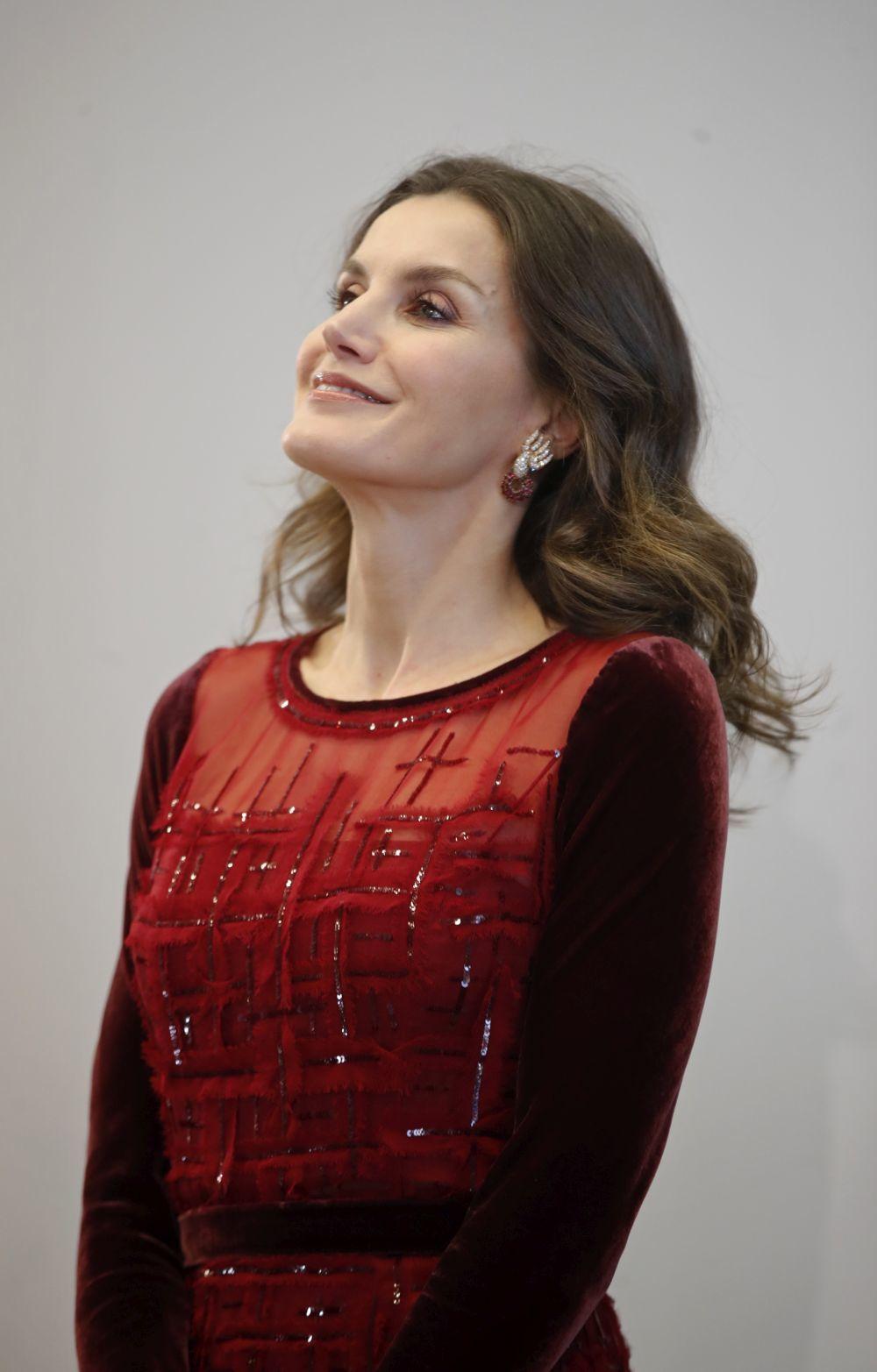 Detalle de los pendientes lucidos por la Reina Letizia en Marruecos.