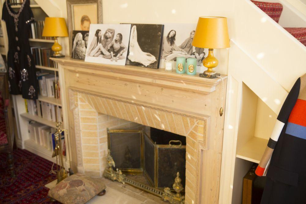 En la chimenea de su salón se mezclan velas con los retratos de...