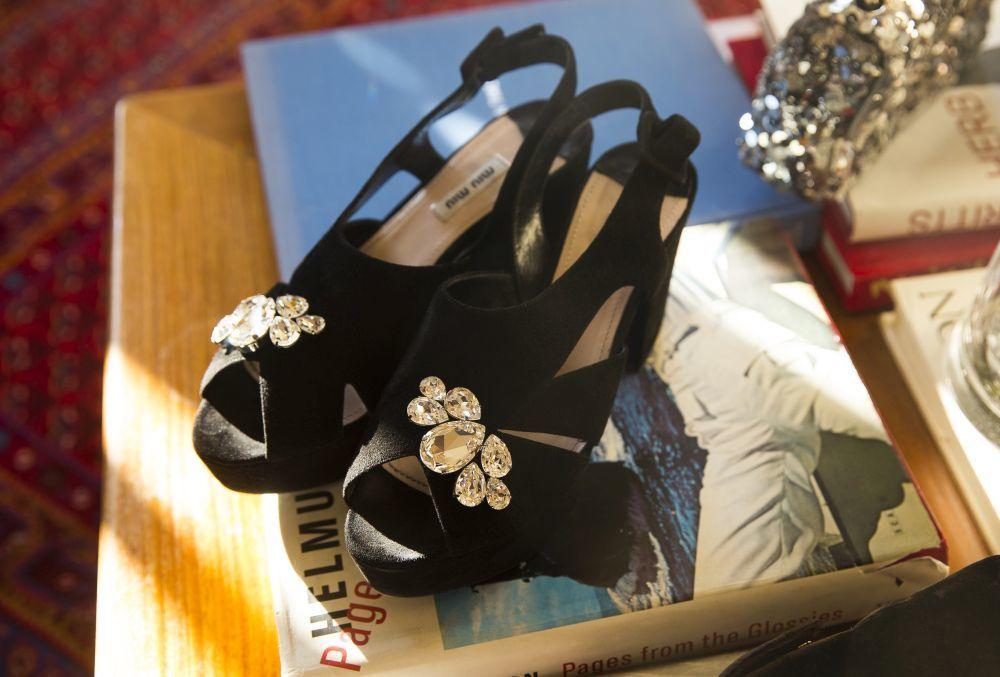 Detalle de sus sandalias favoritas, firmadas por Miu Miu.