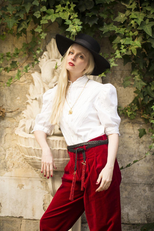 Sofía posa en su apartamento de París con ropa de Acheval Pampa.