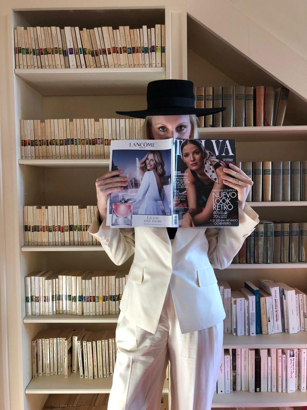Sofía posando con la revista TELVA en su apartamento de París.