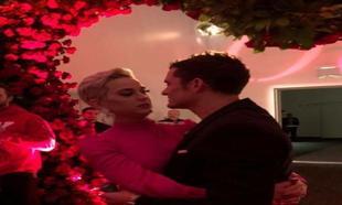 Kate Perry y Orlando Bloom en una romántica instantánea en el día...