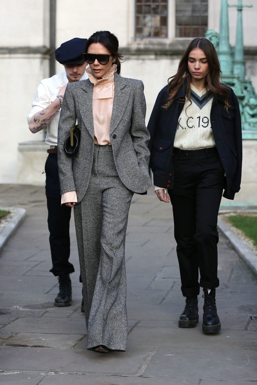 La modelo Hana Cross junto a Victoria Beckham.