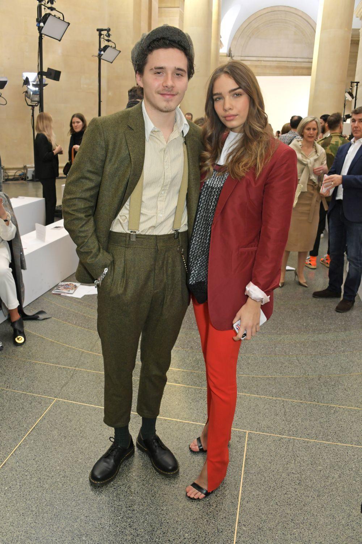 Brookyn Beckham y su novia, Hana Cross, asisten al desfile de Victoria...