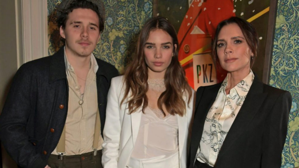 Victoria Beckham junto a su hijo Brooking y Hana Cross.