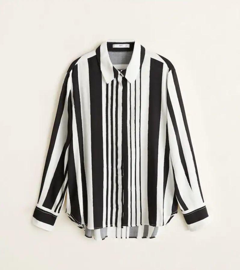Camisa de rayas en blanco y negro, de Mango (19,99 euros).