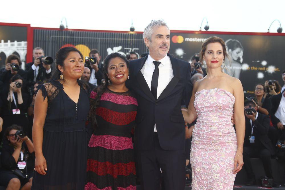La actriz junto a Alfonso Cuarón y el resto del equipo de Roma en el...