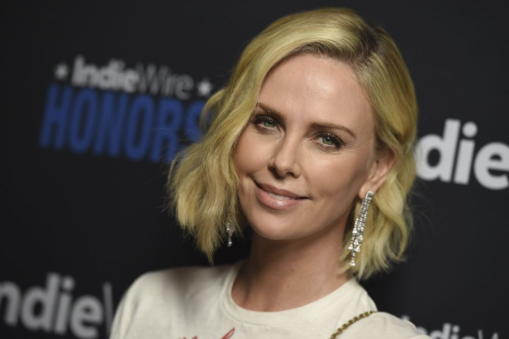 Charlize Theron, luciendo un blunt cut.