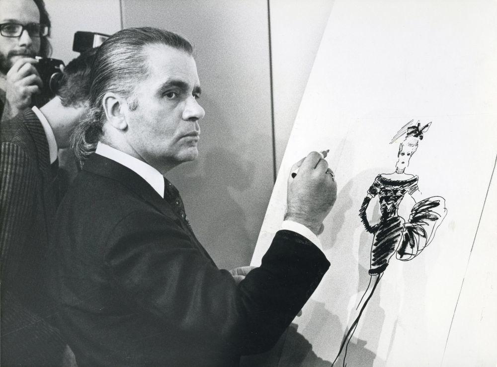 Karl Lagerfeld diseñando un boceto.