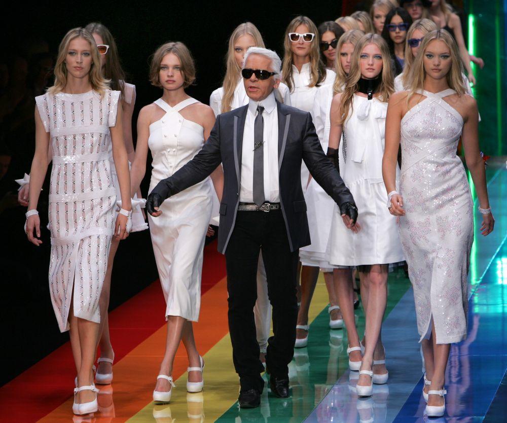 El diseñador saludando tras un desfile de Chanel.