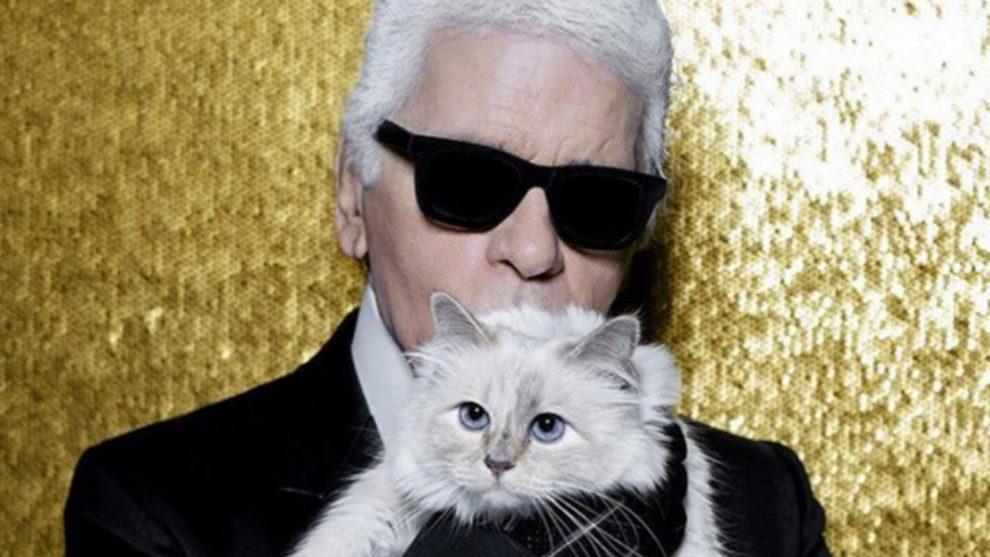 Karl Lagerfeld posando con Choupette.