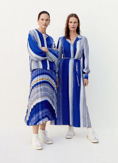 Vivien Solari y Emma Balfour posan con prendas de la colección...