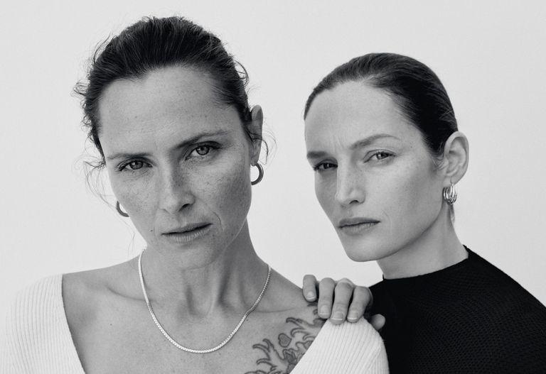 Las modelos Tasha Tilberg y Vivien Solari.