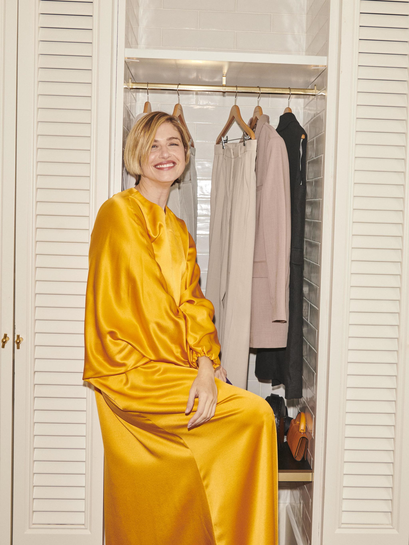 Martina Klein posa con vestido de noche tipo túnica de ROKSANDA en...