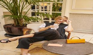 Martina Klein posa con chaleco, pantalón y camiseta de algodón de...