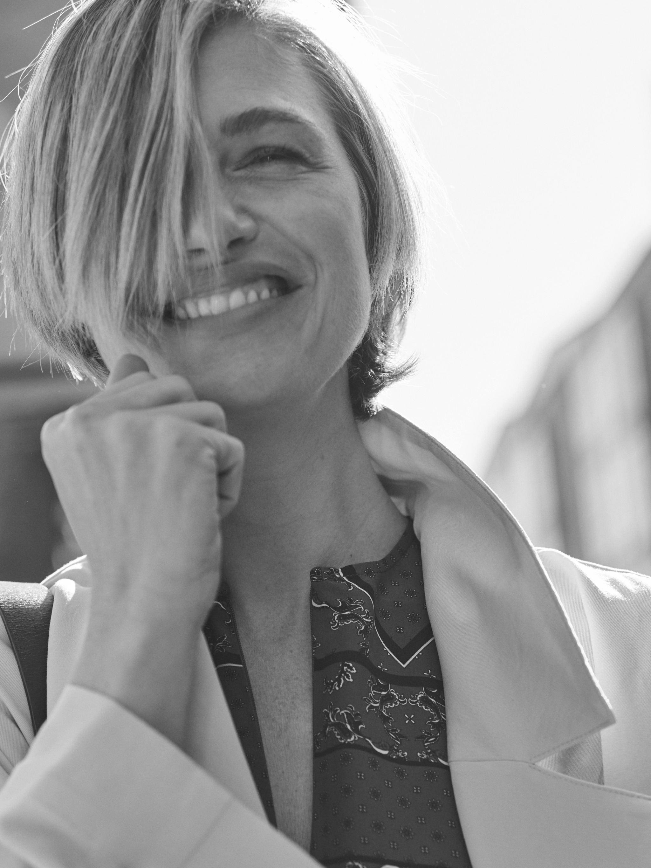 Martina Klein posa con vestido de GANNI en MYTHERESA; trench de H&M y...