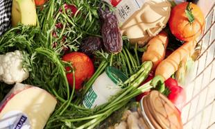 En la cesta de la compra, mucha verdura, buenos procesados, pescado,...