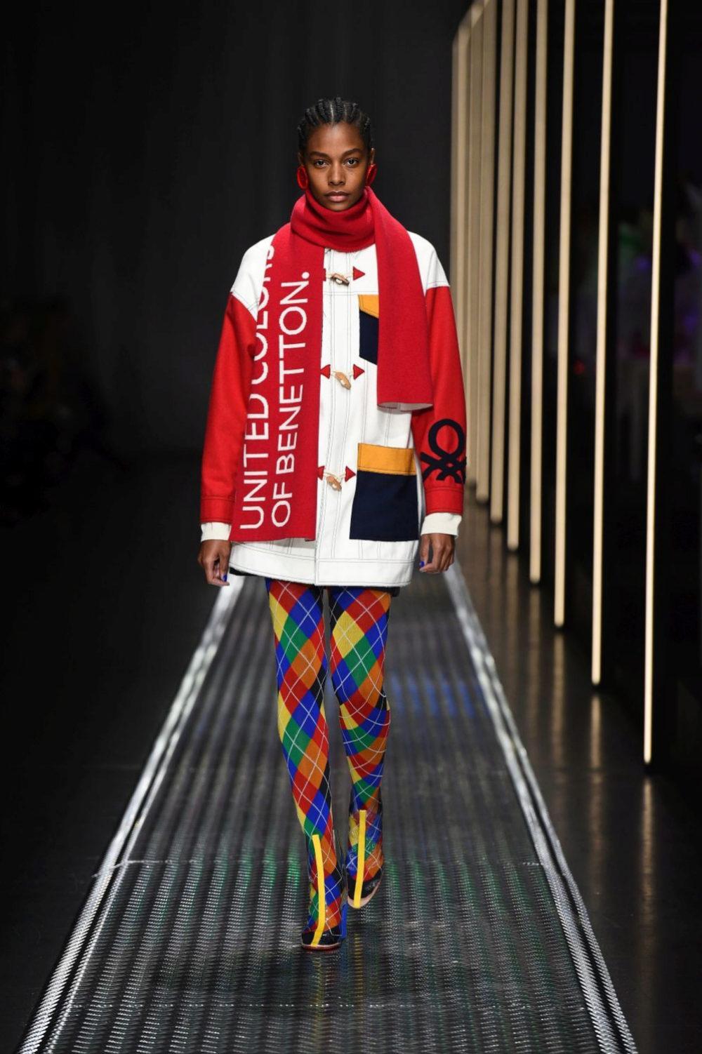Trenca y bufanda con logo y mucho color.