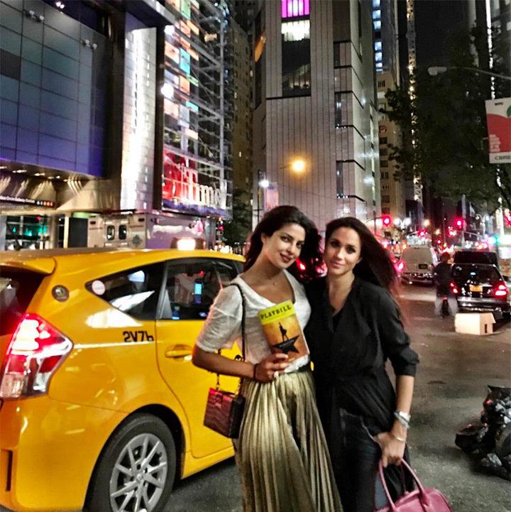 Meghan Markle y Pryanka Chopra disfrutando de la oferta nocturna de Broadway.