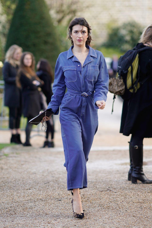 Jeanne Damas con un jumpsuit tejano.