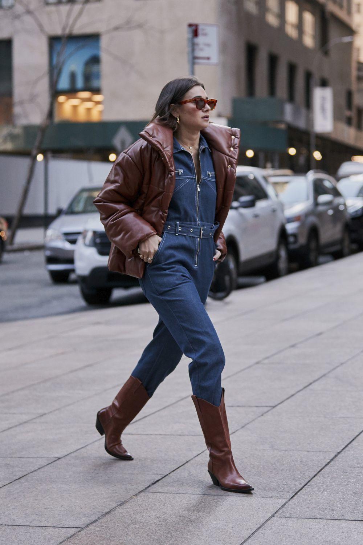 Una de las asistentes a la New York Fashion Week, con mono vaquero.