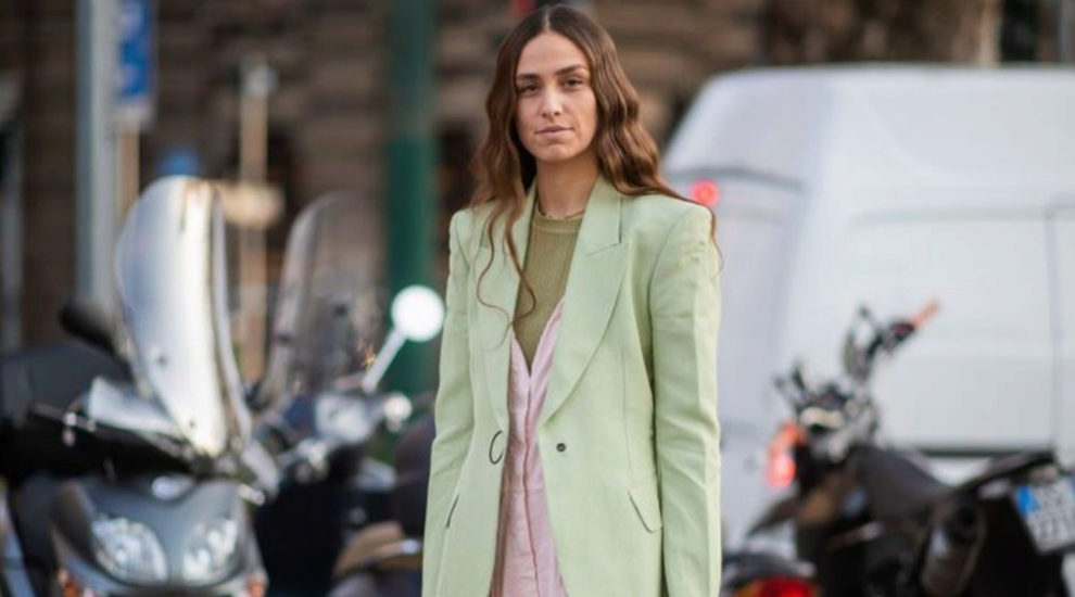 Blazer color menta en el street style de Milán