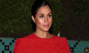 Meghan Markle con un vestido rojo de Valentino.