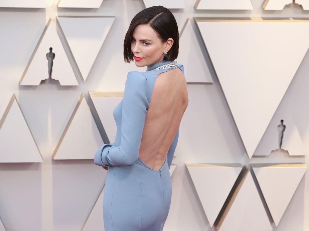 Charlize Theron, a su llegada a la alfombra roja de los Premios Oscar...