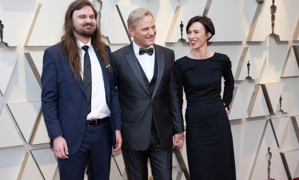Viggo Mortensen junto a su hijo, Henry Mortensen, y su pareja, la...