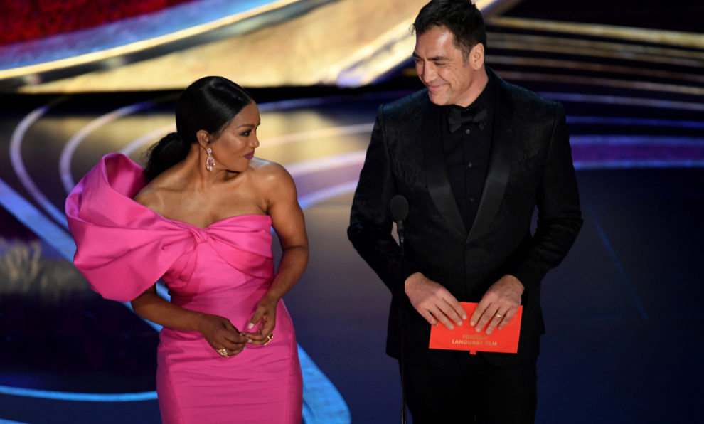 Javier Bardem junto a  Angela Bassett en los Premios Oscar 2019