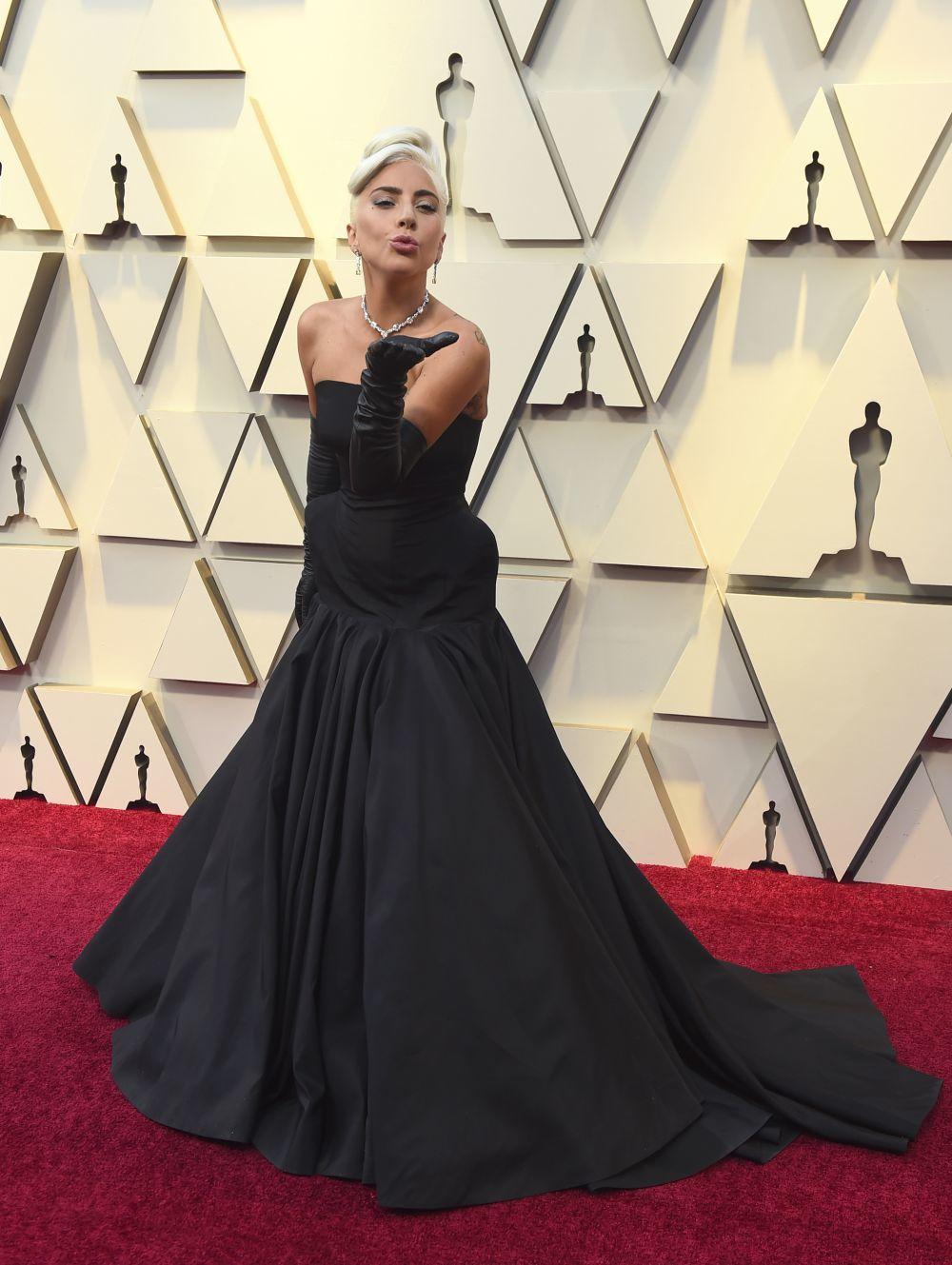 Lady Gaga sobre la alfombra roja de los Oscar 2019.