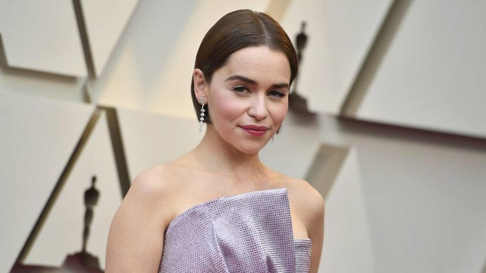 Emilia Clarke con su bob XXS con la raya en medio en tono castaño, un...