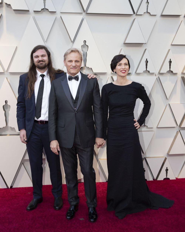 Ariadna Gil, vestida de Cortana, junto a su novio Viggo Mortensen y el...