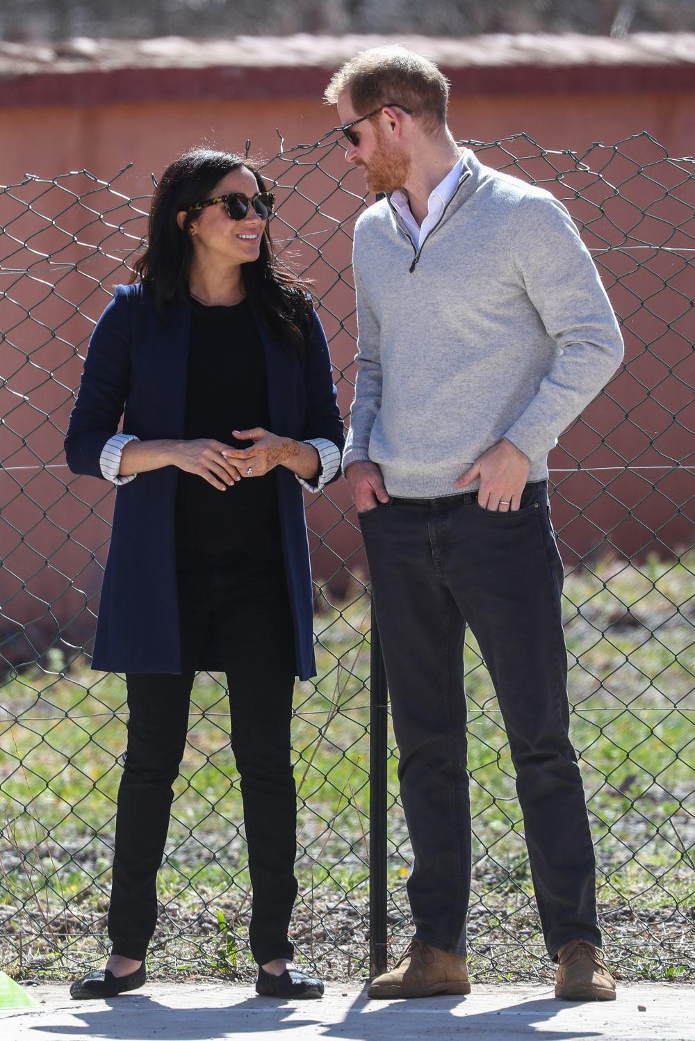 Meghan markle con blazer azul, pitillos y camiseta en negro y zapato...
