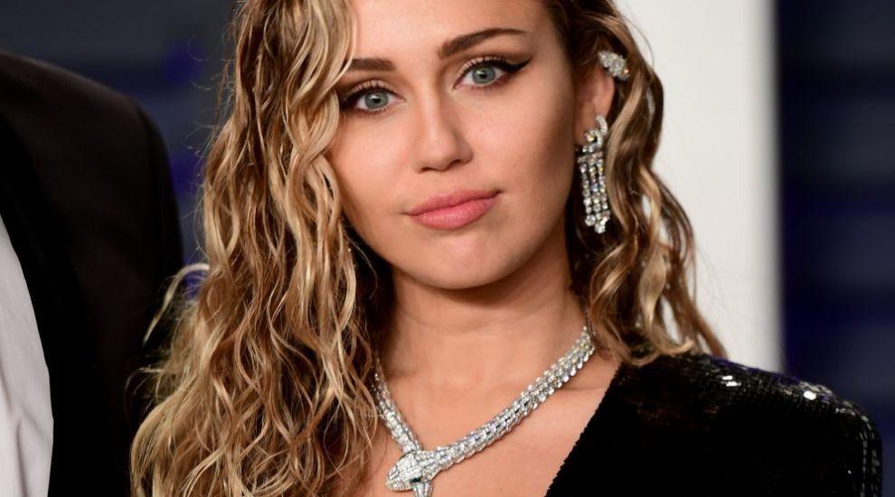 Miley Cyrus: rizos sin control y puntas abiertas