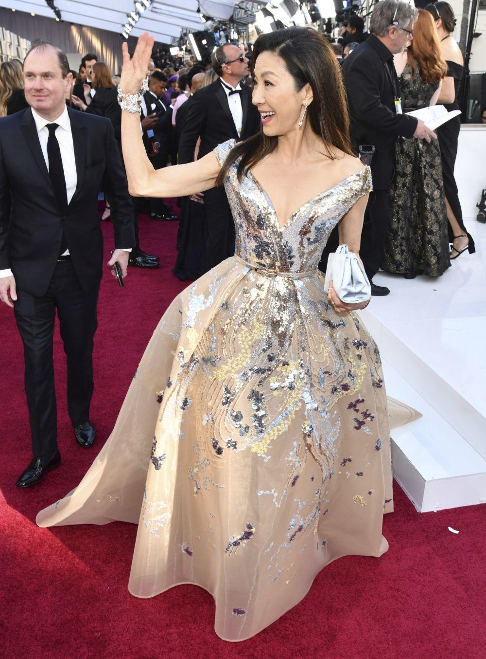 Michelle Yeoh con vestido de Elie Saab y joyas de Chopard.