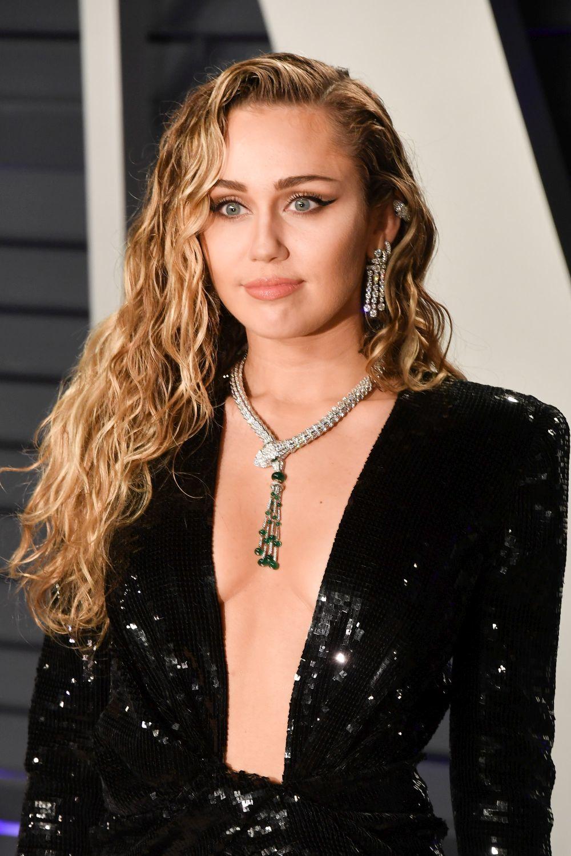 Miley Cyrus con vestido de Yves Saint Laurent y joyas de Bulgari.