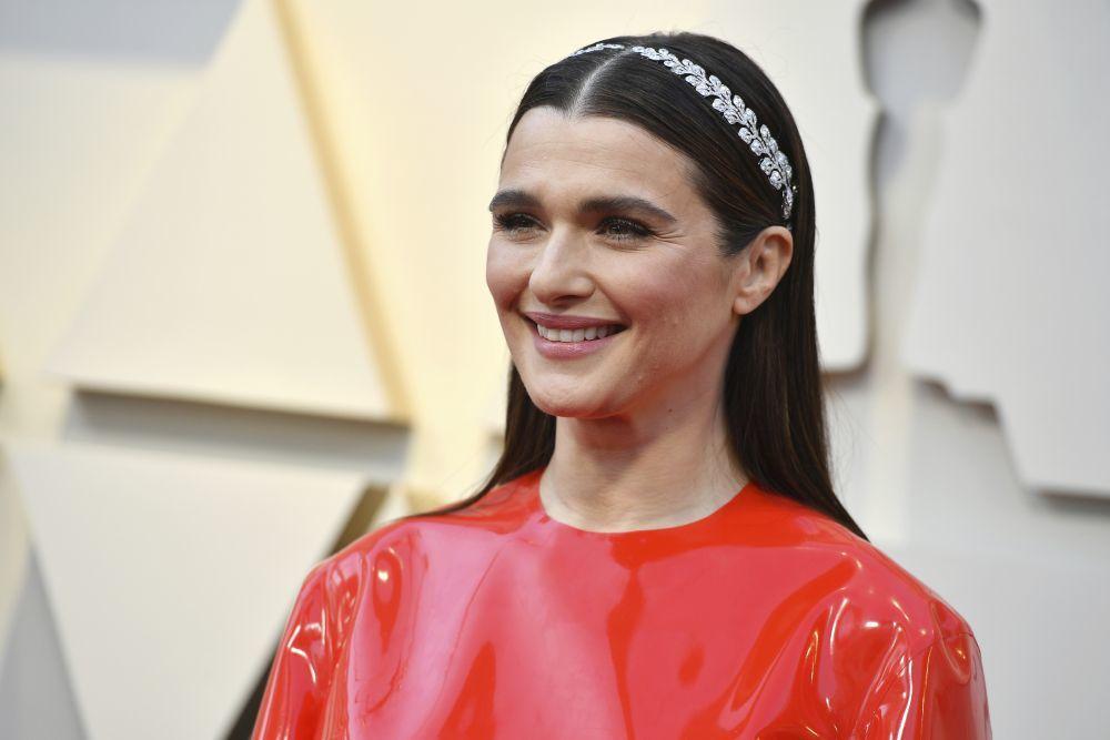 Rachel Weisz con vestido de Givenchy y diadema de Cartier realizada a...