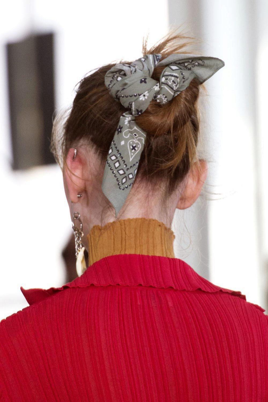 Una bandana en un top knot deshecho.
