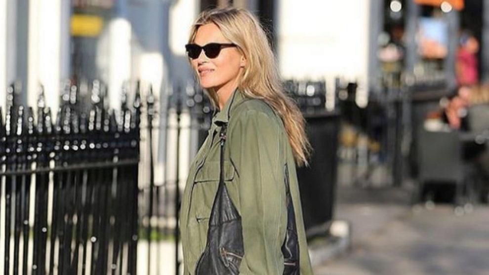 Kate Moss en Londres con una chaqueta de estilo militar.