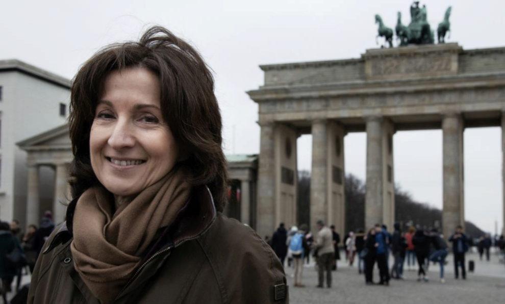Paloma Sánchez-Garnica delante de la Puerta de Brandeburgo.