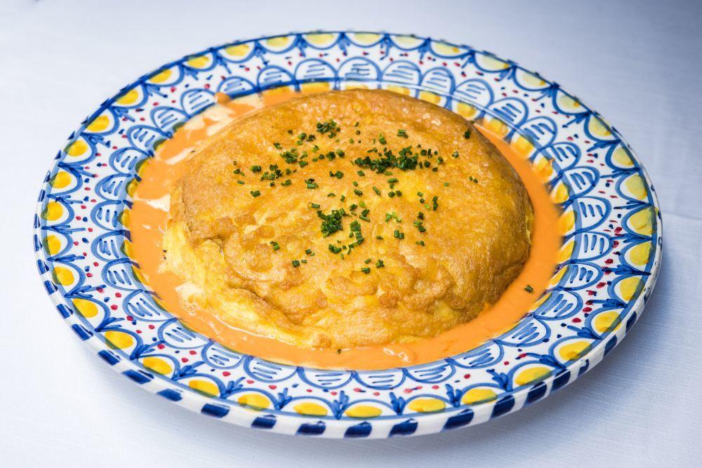 Tortilla con caldo de jamón ibérico, de La Malaje