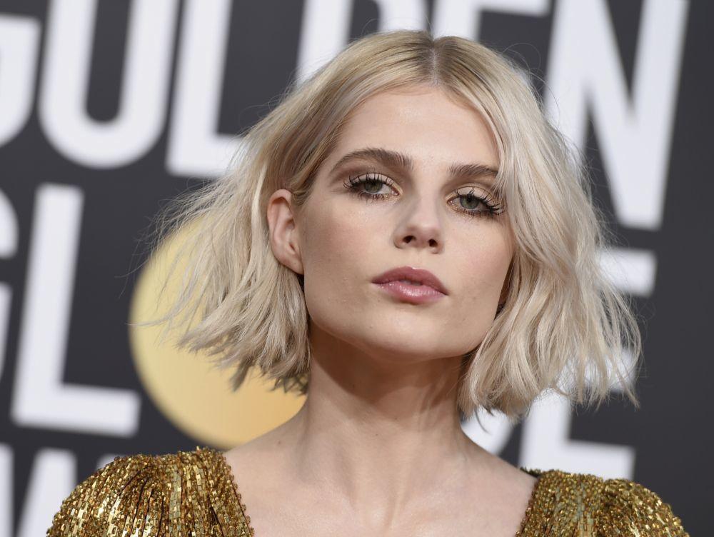 Lucy Boynton con un rubio polar o ice blonde.