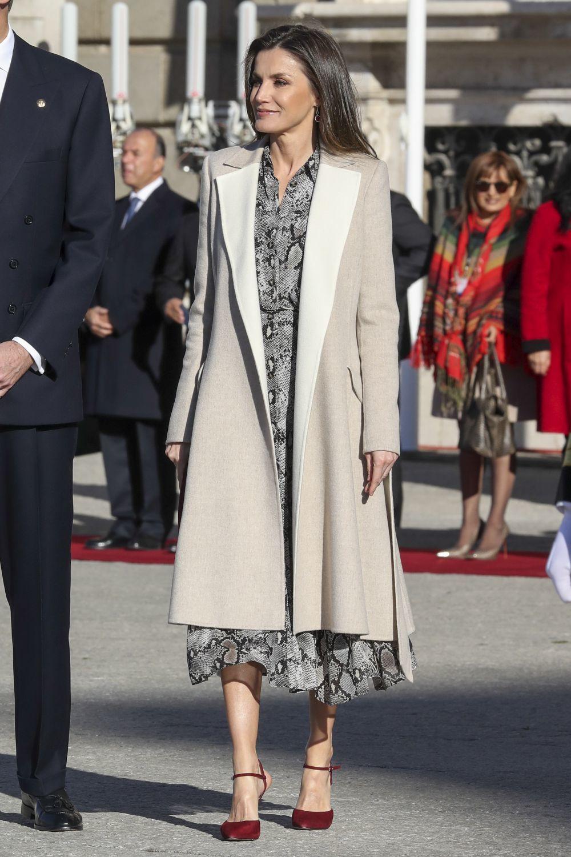 La reina Letizia con vestido de estampado de pitón.