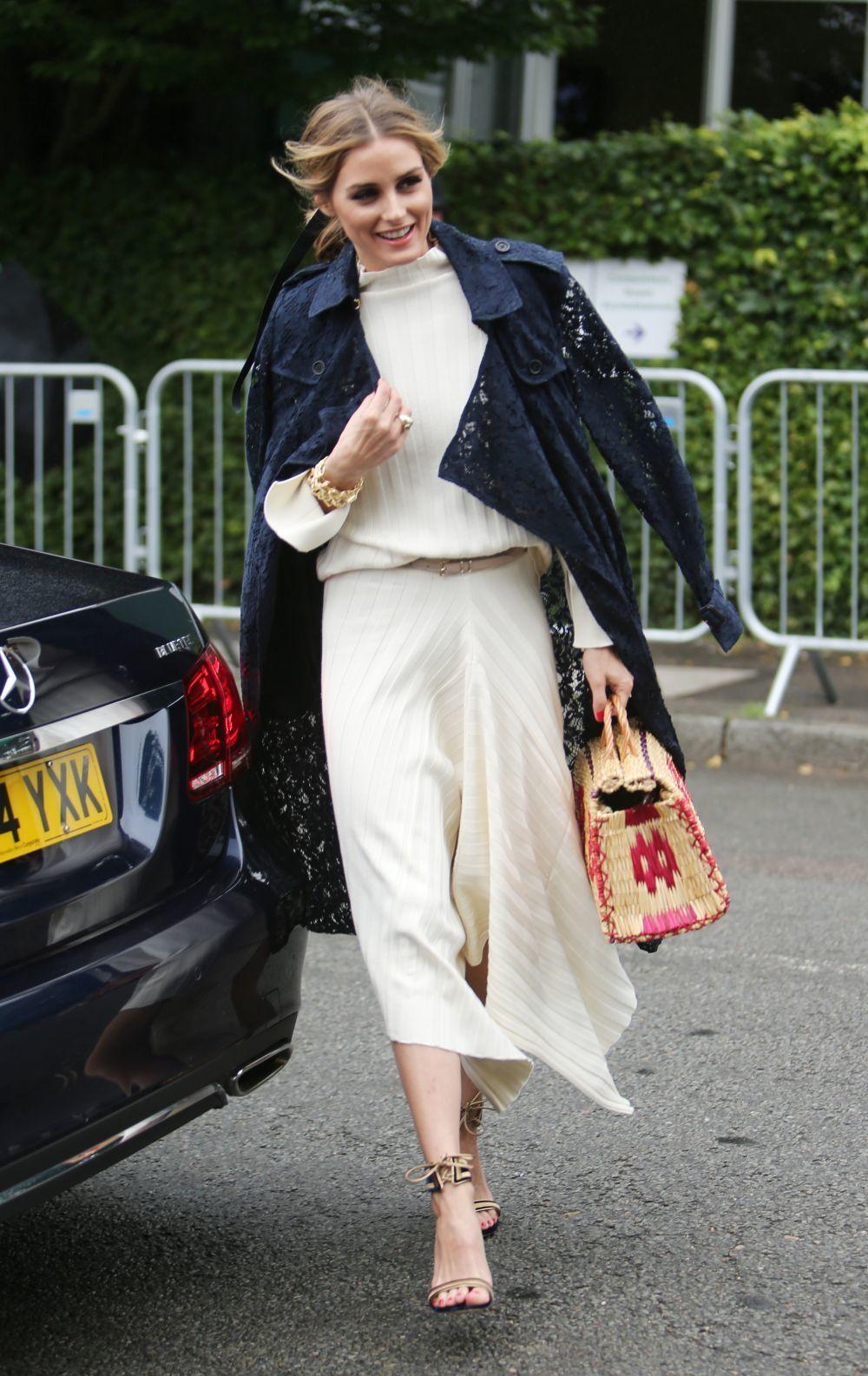 Olivia Palermo con un bolsito de mimbre multicolor.