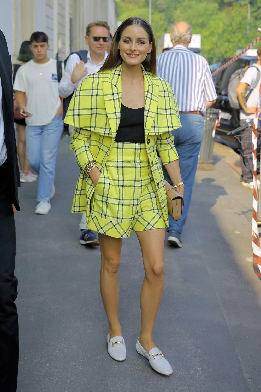 Olivia Palermo con un sastre de pantalón corto amarillo