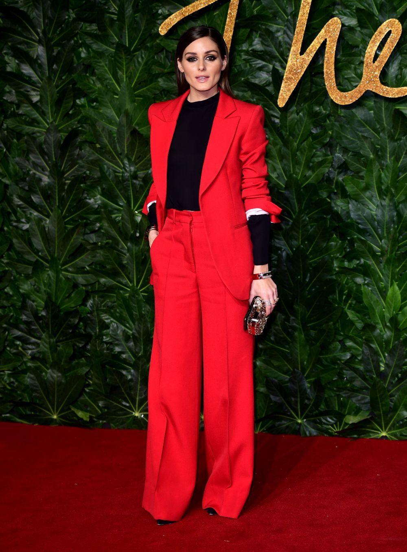 Olivia Palermo en una fiesta con sastre rojo de Victoria Beckham.