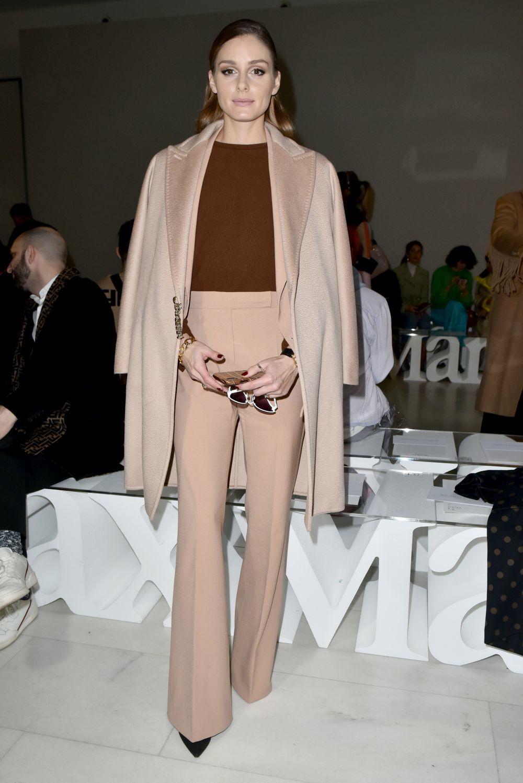 Olivia Palermo posa en el front row con un look camel.