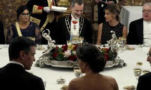 Begoña junto al Rey en la cena de gala.
