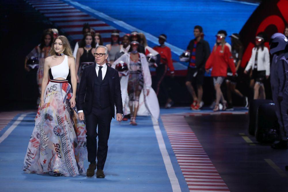 Tommy Hilfiger con la modelo Gigi Hadid en su desfile en Milán el...